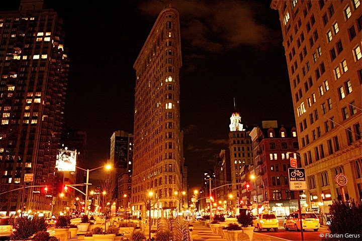 flatiron_building_at-night